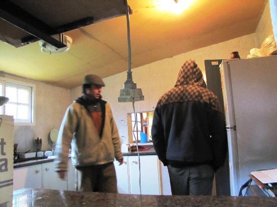 El Puesto Hostel: 2º Cocina con ventana a churrasca y al salon principal.