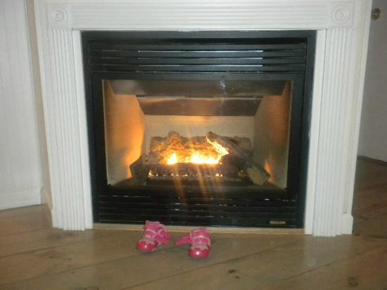 Boardwalk Cottages: Gas fireplace