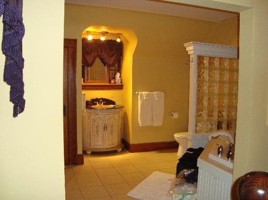 The Oliver Inn : Master bath with jacuzzi and loads of character but virtually no privacy