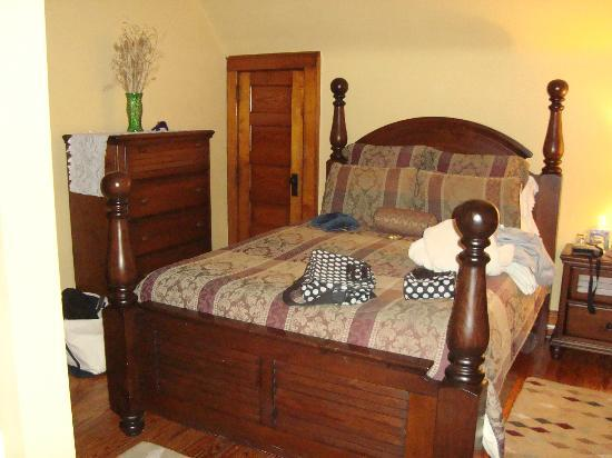 The Oliver Inn : Master bedroom has a queen-size bed that was mmm..comfy! The bathroom is adjacent - and doorless
