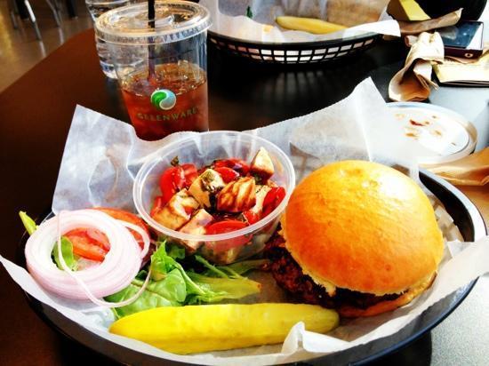 Greta's Gourmet: Greta burger with caprese salad