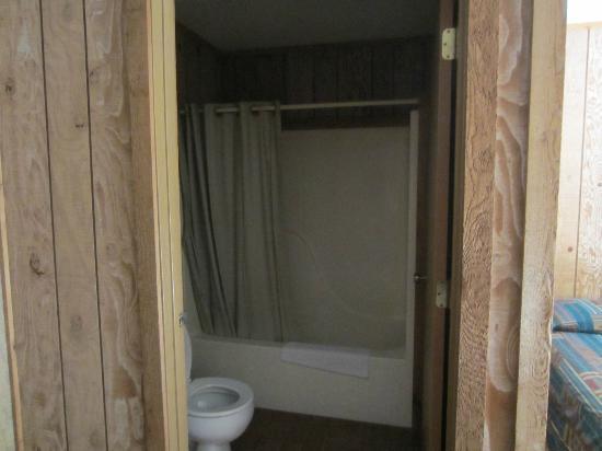 Edgewater Beach Resort: shower and tub