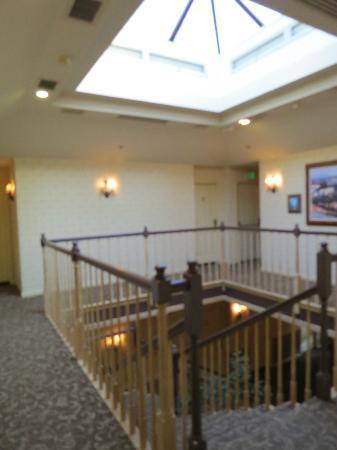 Vintners Inn: Inside the 2 story inn.