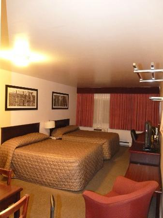 Sandman Inn Cache Creek: Two standard bedrooms for around 30$/pers x 4
