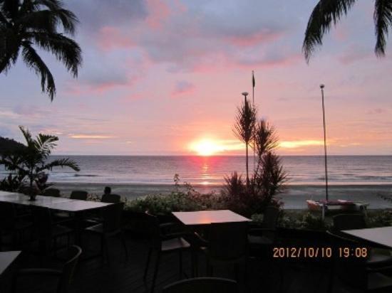 Pangkor Island Beach Resort: Sunset view from PIBR restaurant.