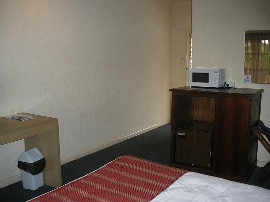 Comfort Inn Greensborough: bar fridge and microwave