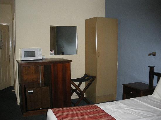 Comfort Inn Greensborough: hanging space in room