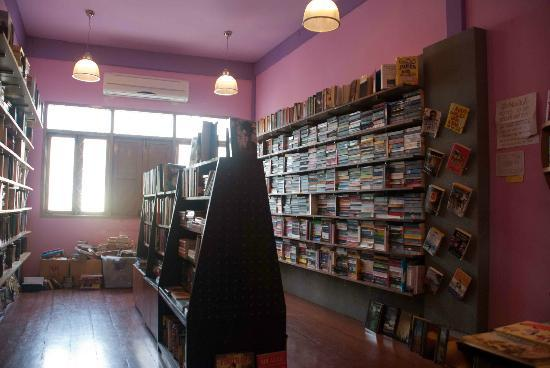 Dasa Book Cafe : Inside the bookshop