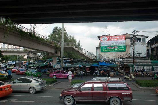 Khlong Toei Market : Opposite the market