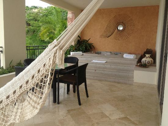 Garza Blanca Preserve, Resort & Spa: Private deck with hammock, dining table, and hot tub