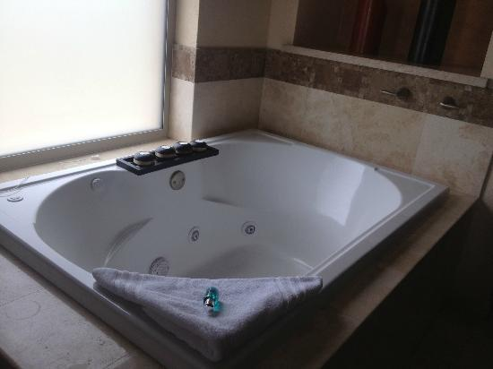 Garza Blanca Preserve, Resort & Spa: The bath tub