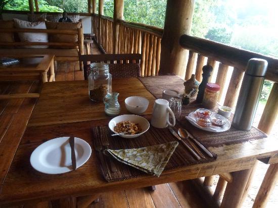 Buhoma Lodge: breakfast in the lounge 