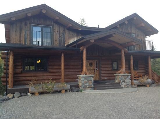 Blackstone Lodge: Front view of this B&B