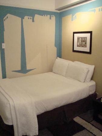 Hotel des Arts: One to two queen beds in room