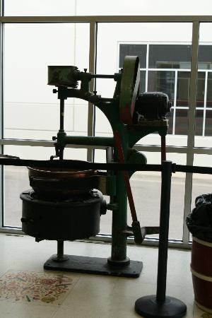 Hammond's Candy Factory: old candy machine