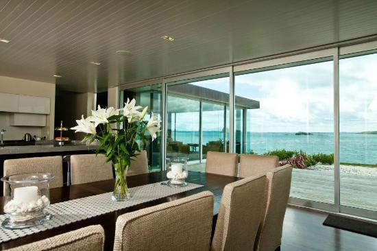 Hei Matau Lodge: Lodge guests enjoy breakfast in the dining room or one of the outside decks