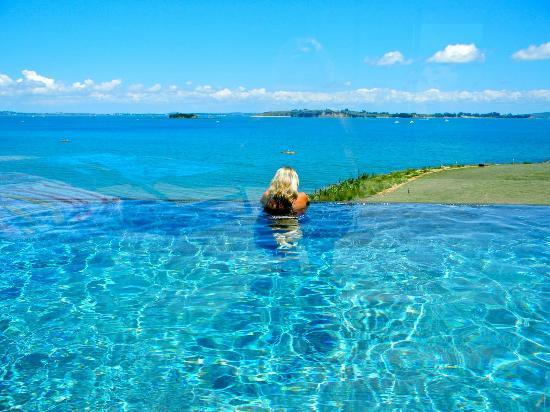 Hei Matau Lodge: Hei Matua - pool with a view