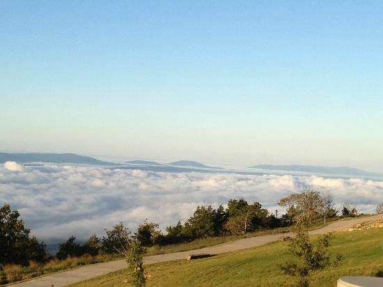 The Lodge at Mount Magazine: The clouds filled up the valley in the morning
