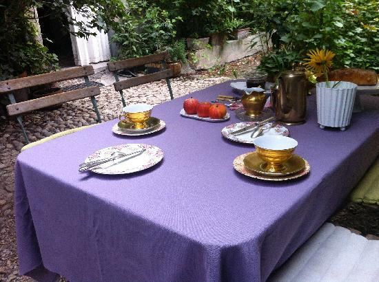 La Vagabonde: petit déjeuner dans le jardin