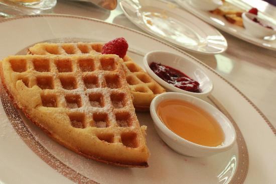 The Chateau Spa & Organic Wellness Resort: wafles for breakfast
