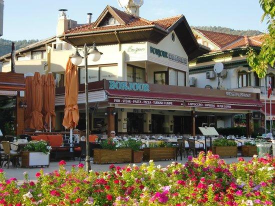 Hotel Bonjour: daytime