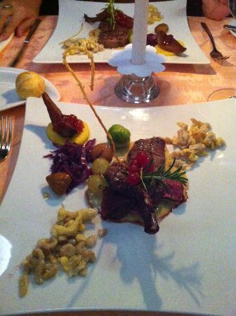 La Brasera: costoletta e l'entrecôte di cervo su delicata salsina ai funghi porcini
