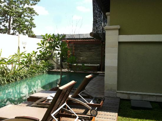 Pradha Villas: villa pool
