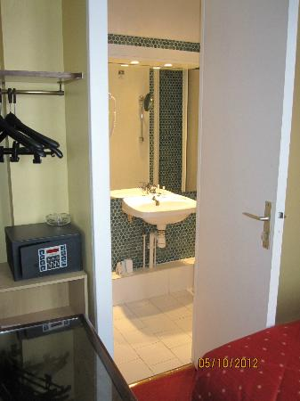 Quality Hotel Abaca Messidor Paris : To the bathroom