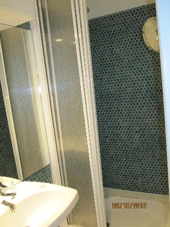 Quality Hotel Abaca Messidor Paris: Shower