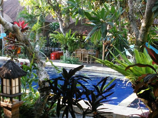 Sanur Beach Villas: Pool and breakfast area 