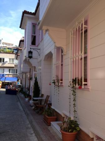 Hotel Darussaade Istanbul: Street view