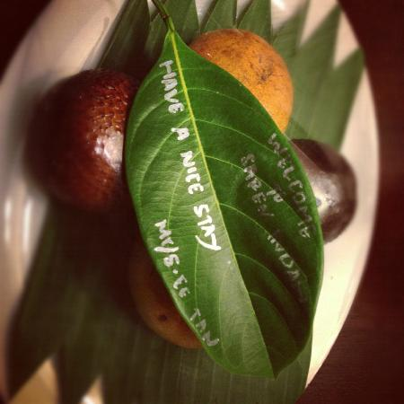 Saren Indah Hotel: Welcome fruit and note