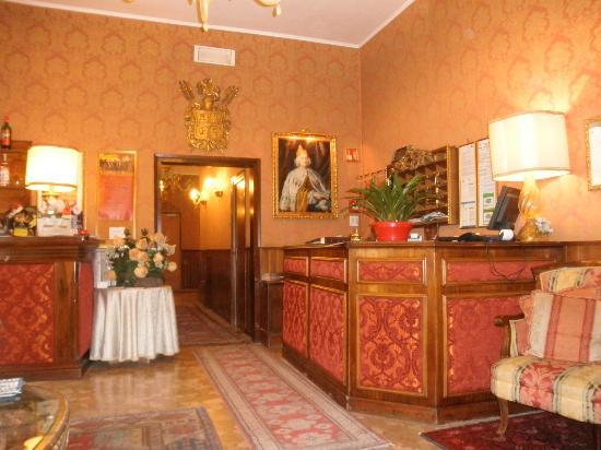 Hotel Lisbona: recepcion
