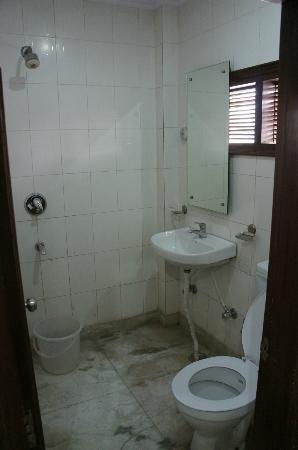 Hotel Hari Piorko: Baño bastante sucio y ventana directa a la calle