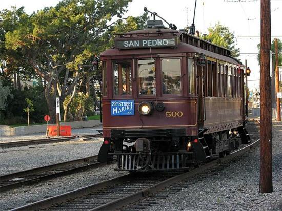 Monterey Inn: ORIGINAL RED CAR 5 MINUTES AWAY