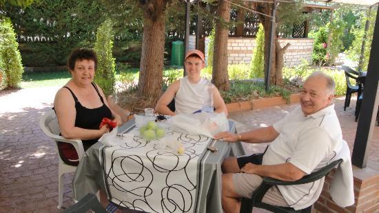 Perla del Gargano Hotel Restaurant: Eating outside in the Hotelpatteo