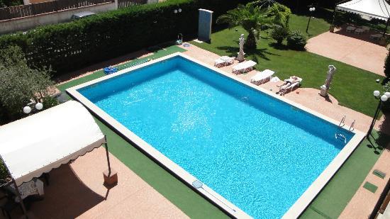 Perla del Gargano Hotel Restaurant: The pool picture taken from balcony