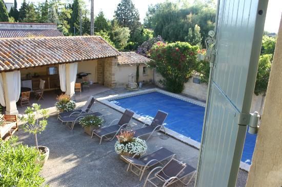 Le Moulin Vieux: Zicht op zwembad