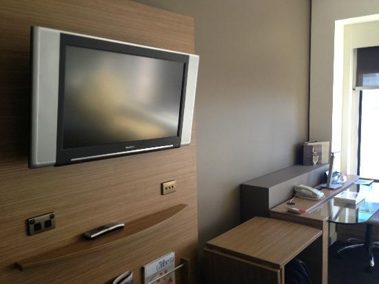 Crowne Plaza Hotel Canberra: TV and Desk