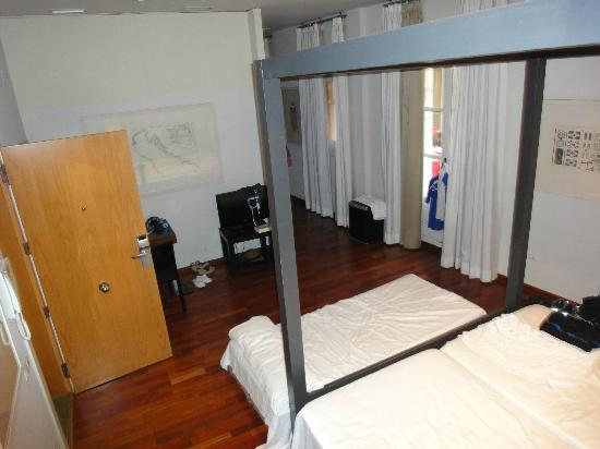 Hotel Banys Orientals: Suite; we moved the 3rd bed from the other room