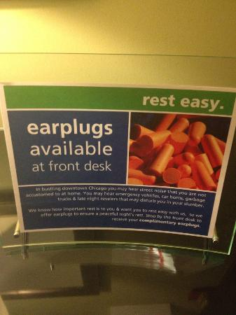 ‪‪Hampton Inn & Suites Chicago - Downtown‬: Noisy hotel offers ear plugs to guests