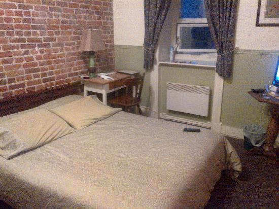Bed & Breakfast Manoir Mon Calme: Une chambre dont la salle de bain est éxtérieure