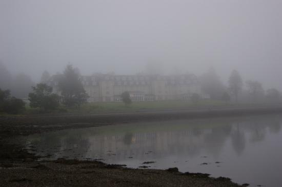 Ardgartan Hotel: misty early morning on loch long