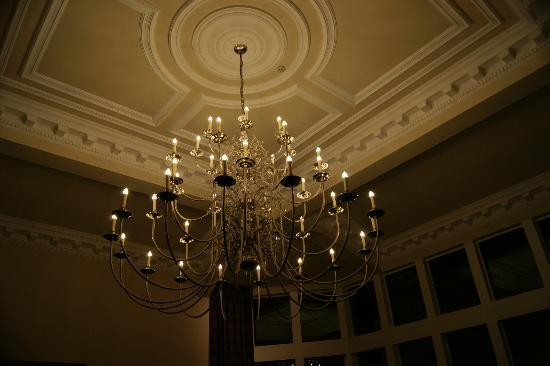 Ardgartan Hotel: beautiful chandelier in lounge