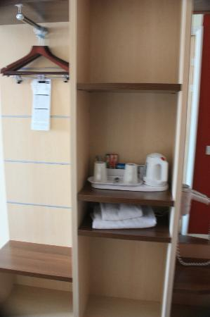 Holiday Inn Express Exeter: Hanging area (ie. wardrobe) and beverage station.