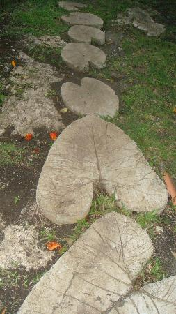 Amarela Resort : leaf stone going to the garden area