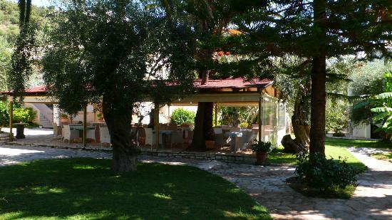 Hotel Mikros Paradisos: Der Platz fürs Frühstück und Abendessen
