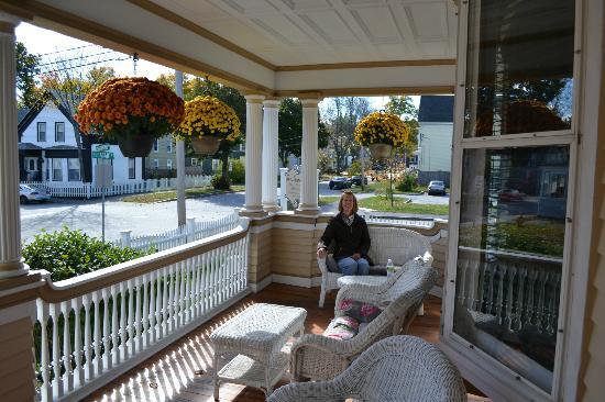 The Munroe Inn: Sunny morning on front porch at Munroe Inn