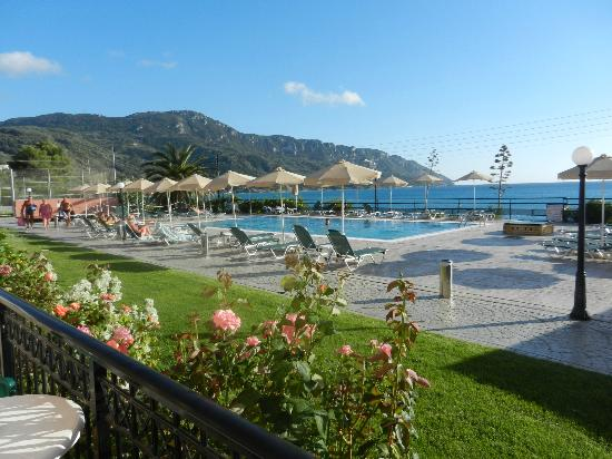 Hotel Costas Golden Beach: View across the pool