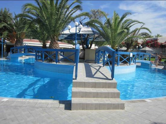Piscine d bordement picture of filerimos village hotel for Piscine a debordement